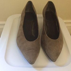 Stuart Weitzman taupe suede shoes size 9.5